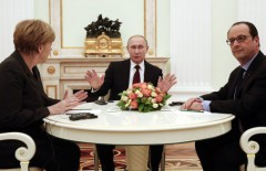 German Chancellor Angela Merkel, Russia's President Vladimir Putin (C) and French President Francois Hollande attend a meeting on resolving the Ukraine crisis at the Kremlin in Moscow February 6, 2015. The leaders of France and Germany flew to Moscow on Friday in a last-ditch effort to negotiate a peace deal for Ukraine, but expectations of a breakthrough were low after gains on the battlefield by pro-Russian rebels. REUTERS/Maxim Zmeyev (RUSSIA - Tags: POLITICS TPX IMAGES OF THE DAY)