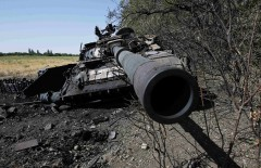 A burnt tank belonging to the Ukrainian forces, according to locals, is seen outside the village of Mnogopolye, southeast from Donetsk September 5, 2014. A ceasefire between Ukrainian forces and pro-Russian separatists in eastern Ukraine appeared to be holding on Friday evening, despite some initial shelling in the rebel stronghold of Donetsk. REUTERS/Maxim Shemetov (UKRAINE  - Tags: MILITARY POLITICS CIVIL UNREST CONFLICT)