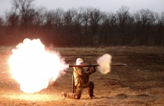 A volunteer of the separatist self-proclaimed Donetsk People's Republican guard fires a rocket-propelled grenade (RPG) during shooting training in Donetsk March 1, 2015.  REUTERS/Baz Ratner (UKRAINE - Tags: POLITICS CIVIL UNREST CONFLICT MILITARY)