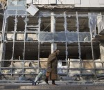 A woman pulls her shopping trolley as she walks past a building that was damaged by shelling in Donetsk, eastern Ukraine, October 15, 2014. REUTERS/Shamil Zhumatov (UKRAINE - Tags: POLITICS CIVIL UNREST TPX IMAGES OF THE DAY)