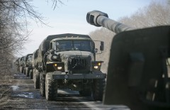 Trucks of the separatist self-proclaimed Donetsk People's Republic army towing mobile artillery cannons, are seen as they pull back from Donetsk, February 24, 2015.REUTERS/Baz Ratner (UKRAINE - Tags: POLITICS CIVIL UNREST CONFLICT MILITARY) - RTR4QXPZ