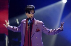 """Singer Prince performs in a surprise appearance on the """"American Idol"""" television show finale at the Kodak Theater in Hollywood, California in this May 24, 2006 file photo. REUTERS/Chris Pizzello/Files"""
