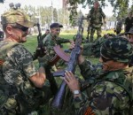 Pro-Russian separatists hold their weapons as they rest after a rally in Donetsk August 24, 2014.  REUTERS/Maxim Shemetov (UKRAINE - Tags: POLITICS CIVIL UNREST)
