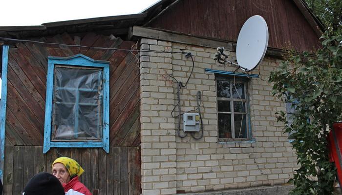 Прифронтовые приоритеты: окна могут быть закрыты пленкой, но спутниковая антенна должна быть обязательно (на фото: Криничное Бахмутского района Донецкой области)