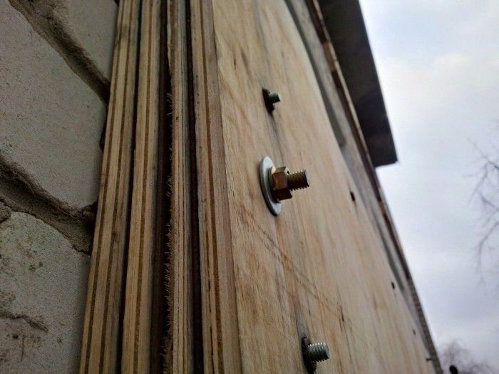 Защитная панель на окне класса в Трехизбенской школе