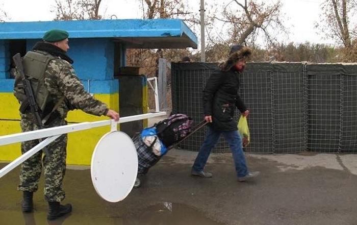 Вчера 500 луганчан не успели пересечь КПВВ в Станице. Люди остались ночевать (фото)