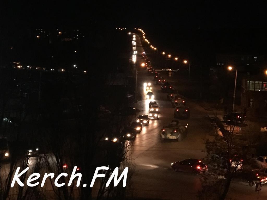 По оккупированной Керчи едет военная техника: опубликованы фото и видео