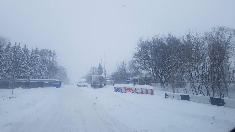 Между Донецкой и Харьковской областями в снегу увязли фуры