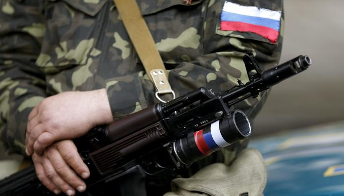 An armed pro-Russian activist holds his weapon as he stands near the seized regional government headquarters in Luhansk, eastern Ukraine, May 3, 2014. A gunfight started between pro-Russian activists and what witnesses say are Ukrainian police, near the building of the regional military commissariat. REUTERS/Vasily Fedosenko (UKRAINE - Tags: POLITICS CIVIL UNREST)