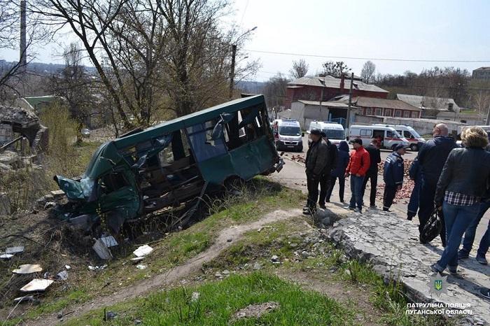 В Лисичанске столкнулись грузовик и маршрутка. Улица перекрыта