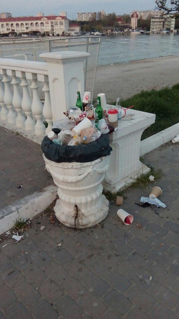 Жители Севастополя продолжают возмущаться наличием мусора на пляжах