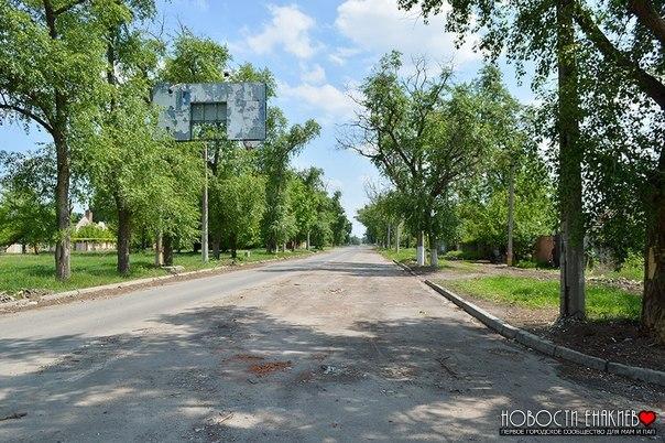 Из поселкаОктябрьский вывезли скопившийся за четыре года обстрелов строительный мусор