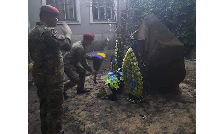 В Станице Луганской украли плитку с памятника воинам АТО: воришками оказались местные строители